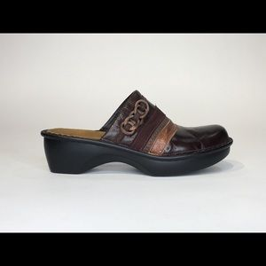 NAOT SZ 8.5 LEATHER GOLD DETAIL SLIP ON MULE/CLOGS